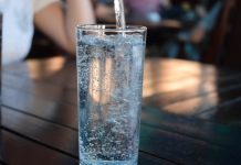 Boire de l'eau minérale naturelle pour préserver sa santé